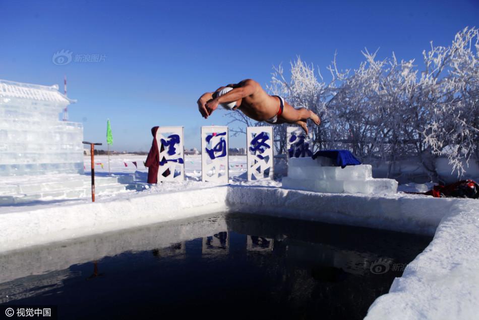 黑玫瑰歌舞团低俗演出-2度 冬泳小哥表演泼水成冰