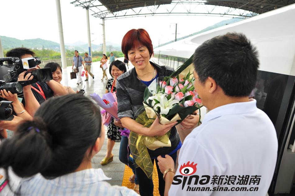 继中国女排全体队员23日晚抵达郴州后,中国队主教练郎平也高清图片