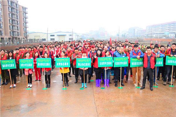 阳市400余名青年志愿者植树保护母亲河
