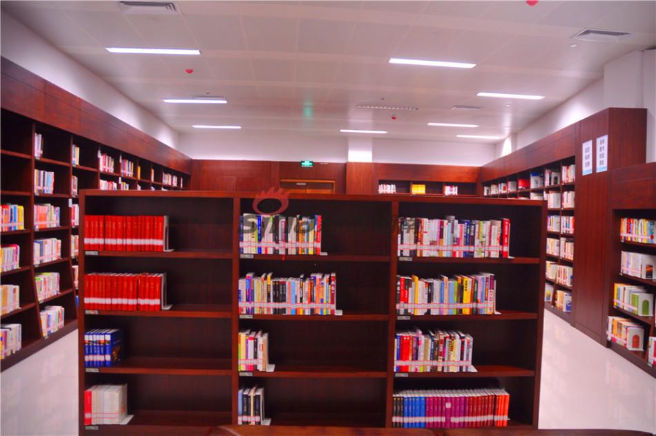 24小时自助图书馆,书架上的书种类丰富.摄影 吴希贤-十张图解读长