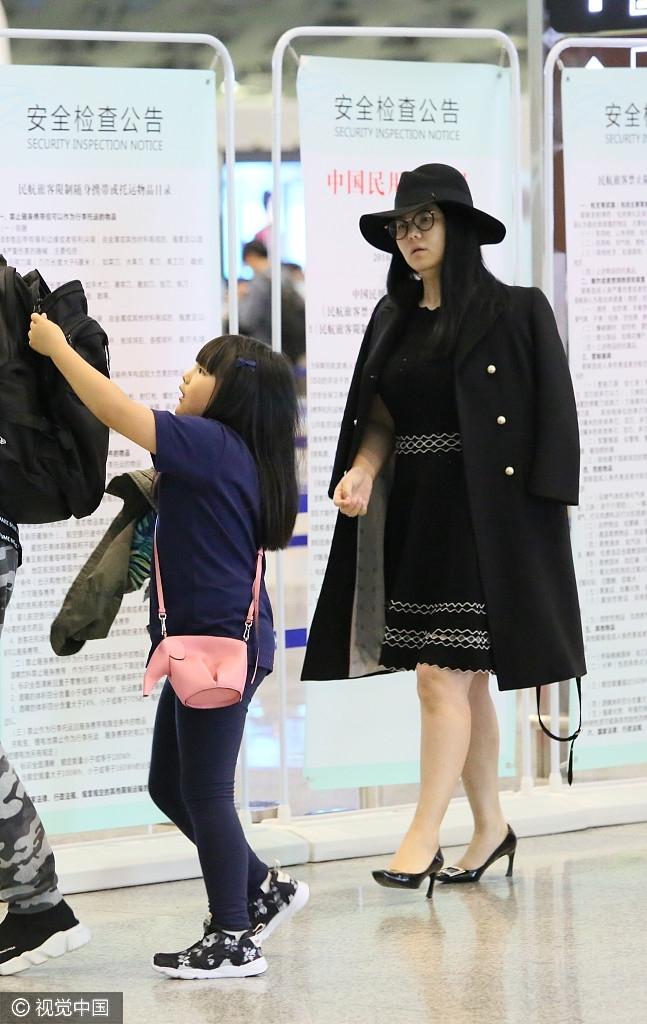 李湘贵妇造型携老公女儿现身 全身名牌难掩壕气