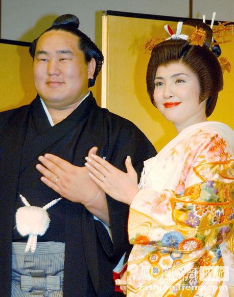 日本相扑冠军朝青龙婚礼 图片 79k 458x580