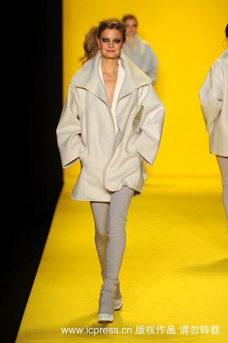 大廓形外套搭配紧身毛衣