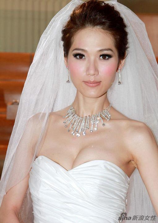 港姐林莉披婚纱拍广告 翻版林志玲 秀身材