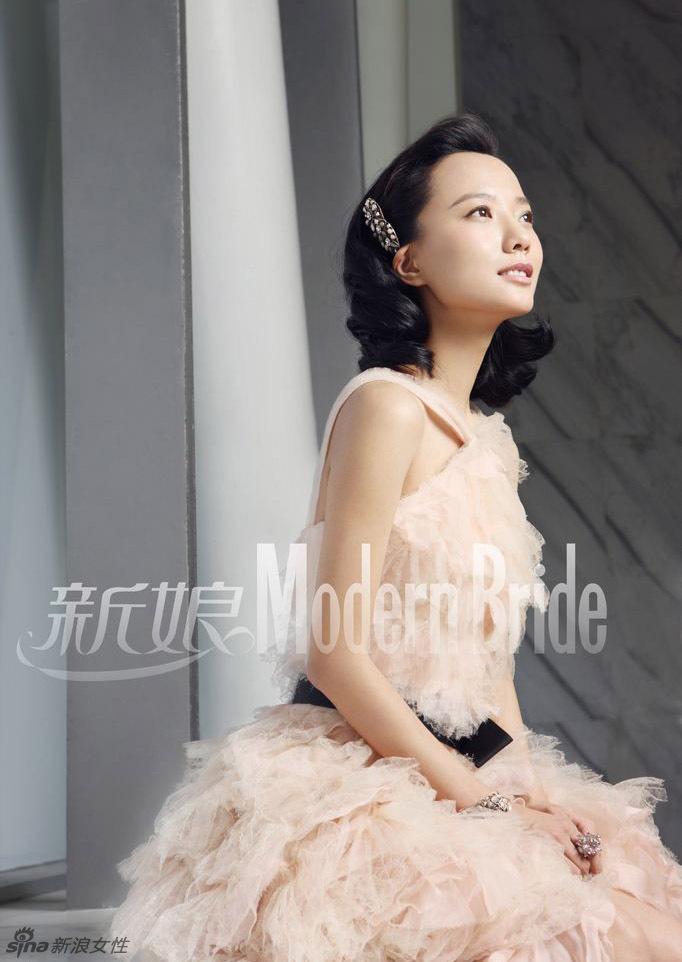 王珞丹穿创意婚纱引领时尚潮流