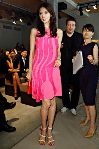最新的米兰时装周明星潮人街拍,为你展示满满的艺术风情.-林志玲图片