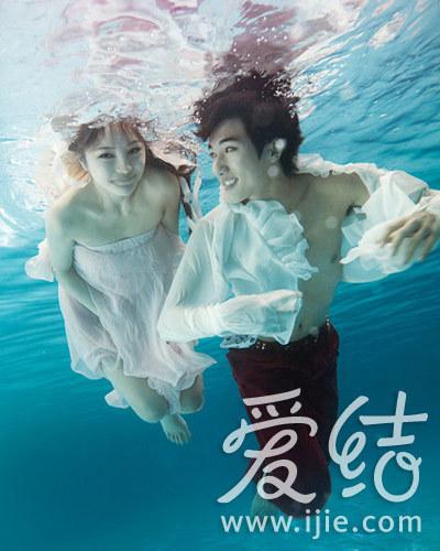仿佛两只美丽的天鹅王子与公主在水下共舞.(图片来源:咔勒摄影图片