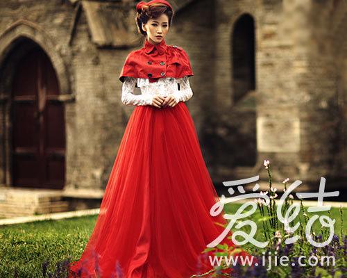 谁说婚纱照一定要穿上雪白的婚纱拍摄.这套巴洛克风格的婚纱照,
