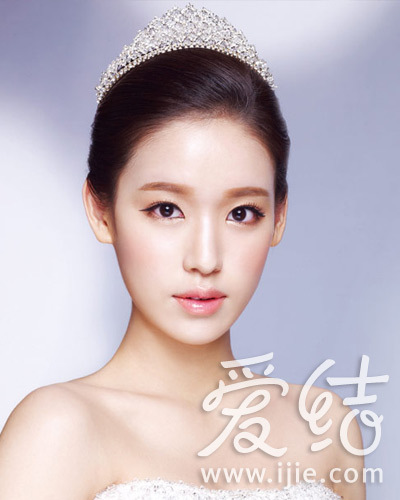 造型各异的皇冠搭配韩式新娘发型打造简约或浪图片