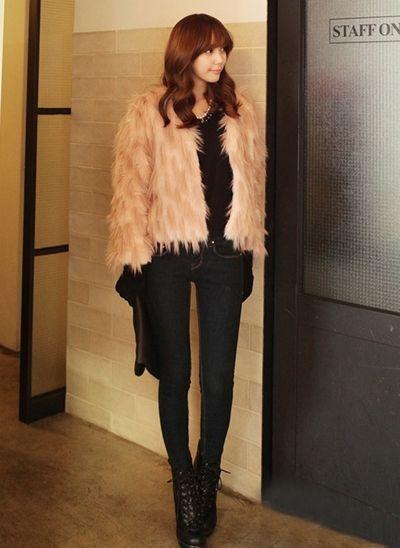 不少女生喜欢这样华丽简约的调调,短款皮草外套很好搭配,可以
