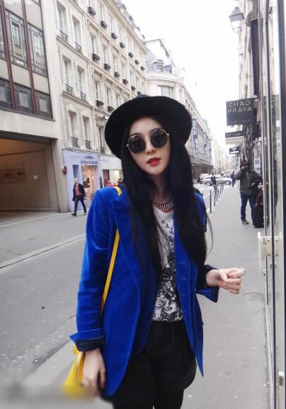 范冰冰巴黎潮流街拍 蓝装黄包撞色显俏皮图片