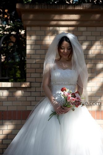 无论广告拍摄的整体造型、摩登秀场的礼服设计或个人婚纱礼服的图片