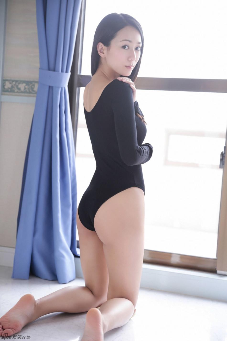 日本性感女星清水裕子黑色紧身衣秀完美身材