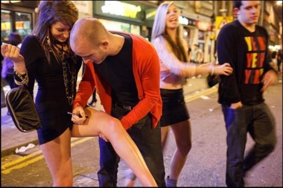 发凌乱,管不了春光乍泄露了底,醉倒街头.年轻男子本来有型,图片