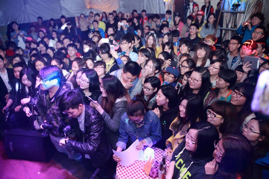 天Alex首场高校演唱会在东北林业大学举行-夏天Alex2014哈尔滨站东