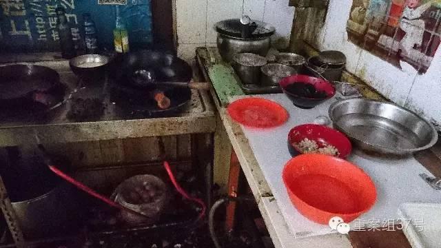 北京外卖村碗池洗拖把 垃圾桶上穿肉串