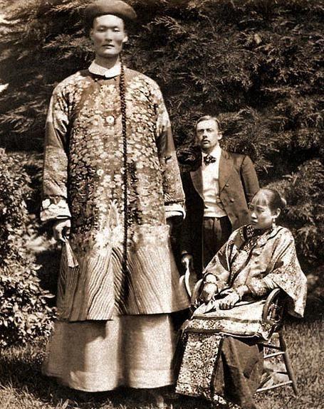 迄今为止世界最高的人是清朝人詹世钗,比姚明还高93cm.此照1880