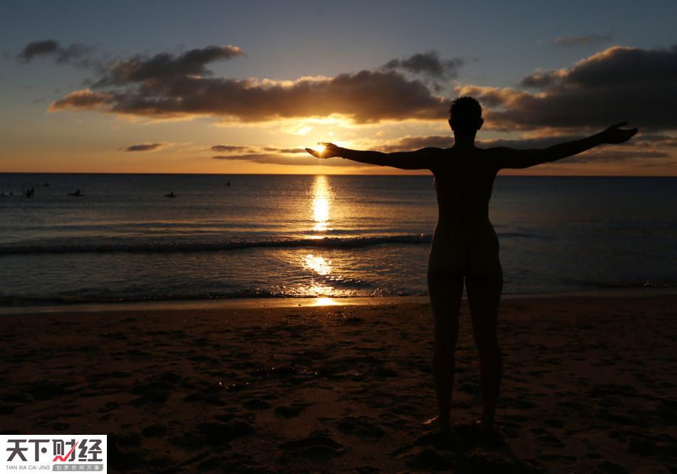 英国人民创纪录集体裸泳做慈善