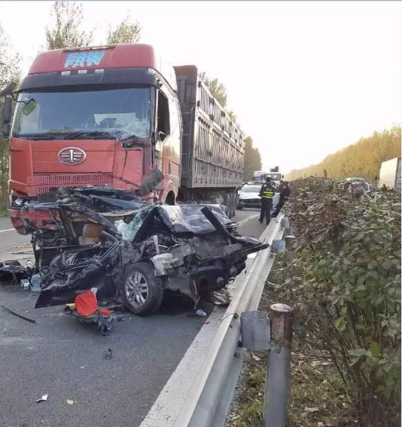 哈大高速连发5起事故20车相撞 轿车被夹扁