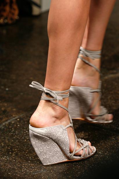 尤其坡跟凉鞋更是夏日里最热门的配饰之一,显腿细还显个儿高.-