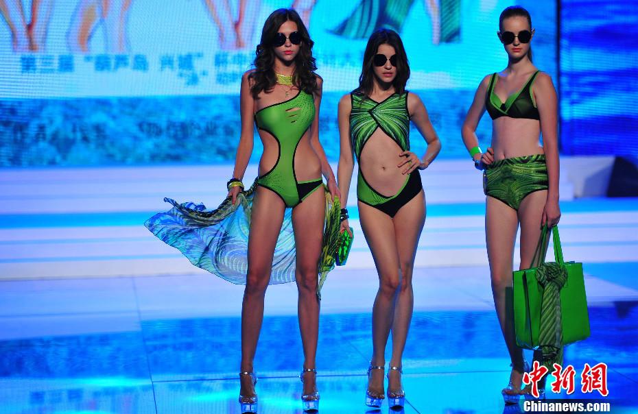日,模特在展示泳装.当日,2013第三届中国泳装设计大赛决赛在辽图片
