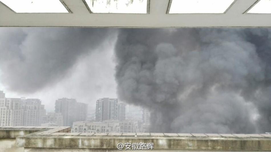 合肥上派路望江花园小区南侧一厂房突发大火