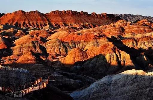 """貌特征以及与众不同的红颜色的地貌景观,像""""玫瑰色的云彩""""或者"""