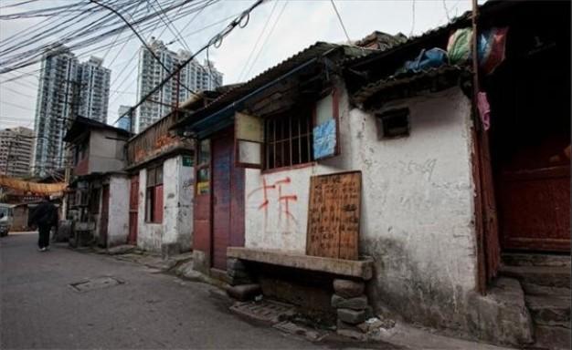 150年前的上海街道肮脏,仓库和鸦片馆包围在稻田中,这个古老的港图片