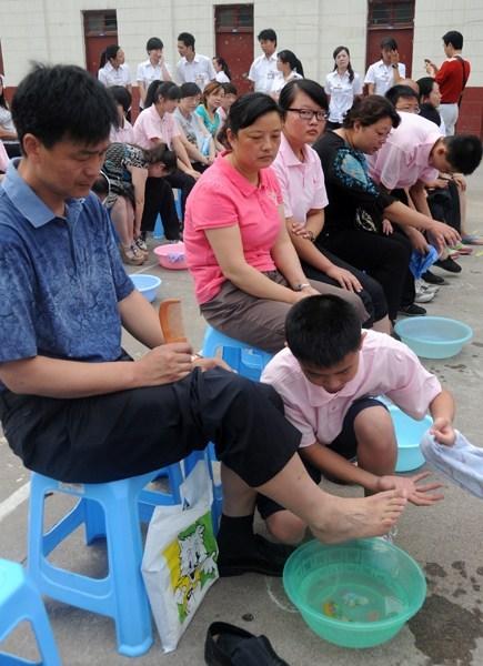 250名中小学生为家长洗脚磕头