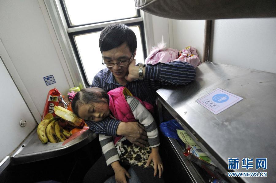 """2013年春运大幕还未拉开,火车""""站票""""降价的呼声成为各方关注的"""