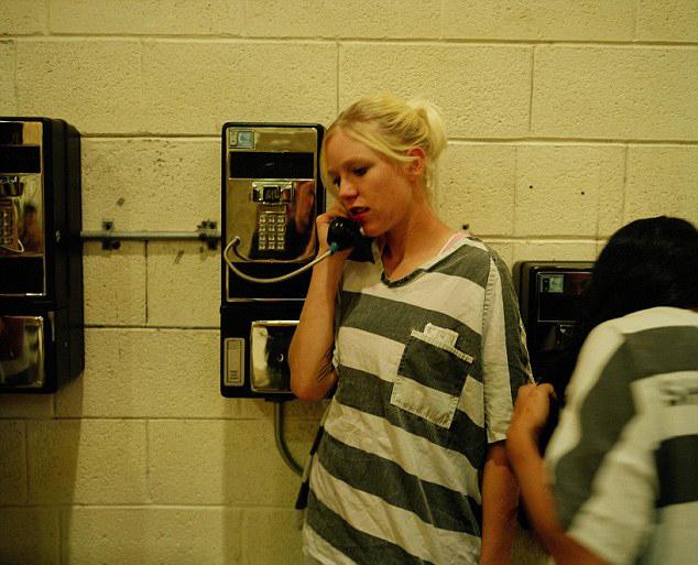 挂罪牌的女犯游街公审-斯科特深入到女囚犯们生活中,了解她们的心理状态.然后他惊奇地图片