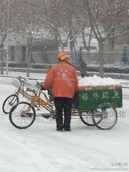 地降雪,石家庄环卫工雪天扫雪.@半夏七月:雪天,我们眼中是图片
