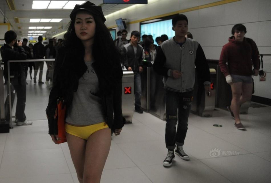 无裤日美少女只穿内裤公共场合秀美腿