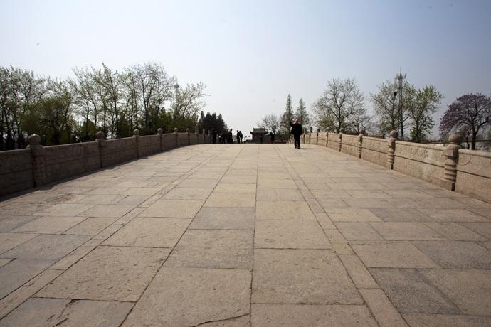 赵州桥是一座空腹式的圆弧形石拱桥,有着1400多年的历史,是世界上