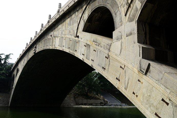 跨洨河,是一座空腹式的圆弧形石拱桥.它有着1400多年的历史,是