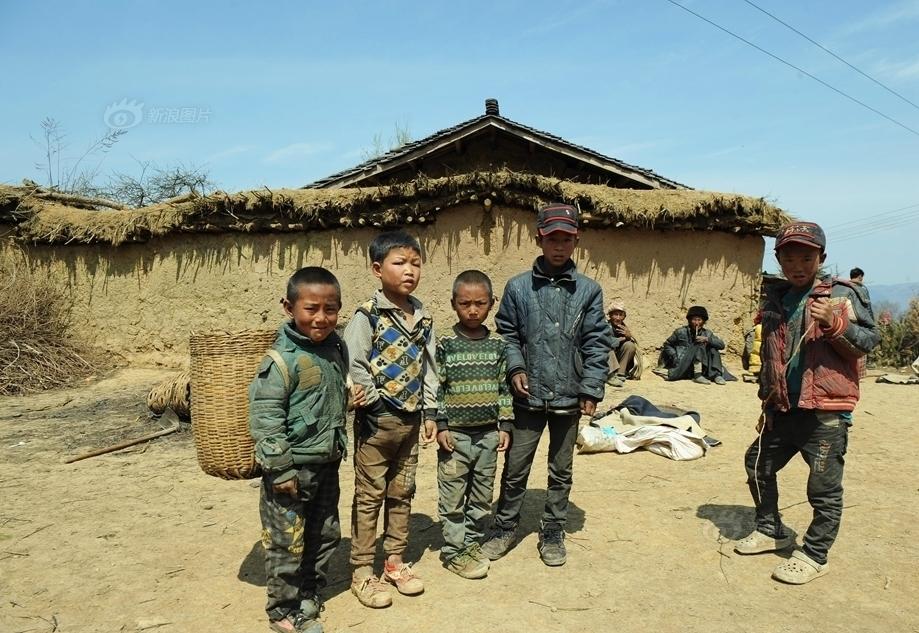 畜景牲景寒武纪年吧-马依村有很多十来岁的孩子三五成群地奔跑玩耍似乎尽情享受着无...