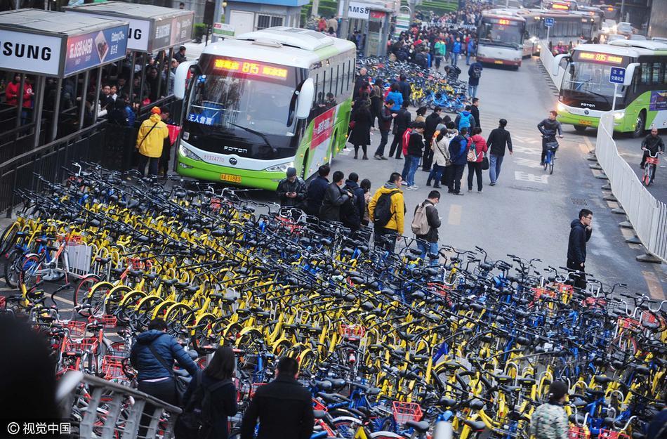 上千共享单车围公交站