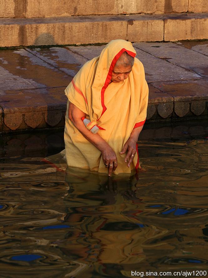 印度恒河之滨最虔诚圣洁的沐浴图片
