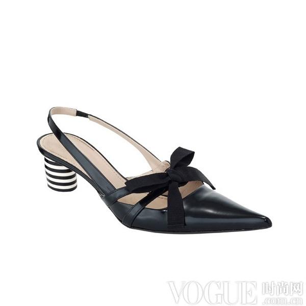 望而却步的超高跟凉鞋来说,舒适小巧的中跟凉鞋显得更具人情味.