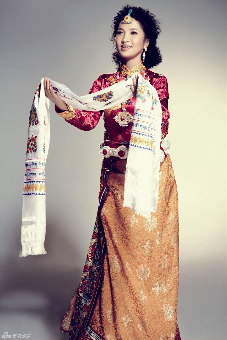 藏族歌手阿斯根展示藏族服饰 试听 阿斯根 去拉萨的路有多