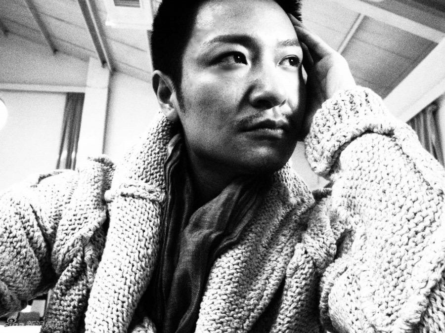 """素颜推出黑白写真,俊朗秀美的外表,忧郁深情的眼神,是李宗翰的""""轻熟男"""
