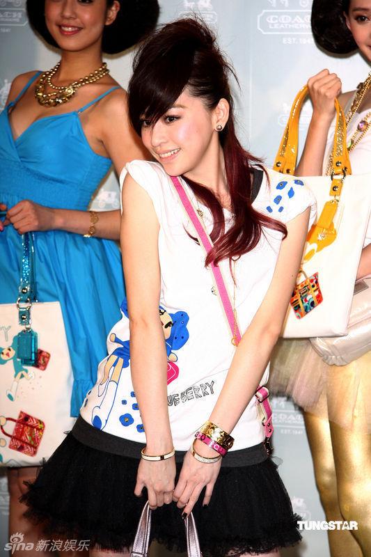 王心凌为时尚品牌走秀摆各种可爱姿势
