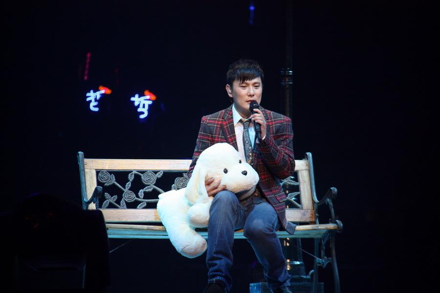 1月30日晚,张信哲20年纪念幸福觉哲世界巡回演唱会,在北京工人体育馆火热举行。这也是阿哲在北京第七次的个人演唱会,阿哲用20余首大家耳熟能详的情歌,陪喜欢他的朋友们共同体会与感动,也希望带给大家不一样的新鲜感觉。   整场演唱会分为四个篇章:幸福的开端、幸福的情歌、幸福的轨迹、幸福的抉择。阿哲不仅带来了首首经典的歌曲,也表明了这场幸福觉哲演唱会的特殊意义。他说,二十年前自己还是一个懵懂少年之时,带着对唱歌的热情,拿着麦克风一路唱到现在。而现在,他对于歌唱的热情依然未变,也是因为这点,反而有更多的朋