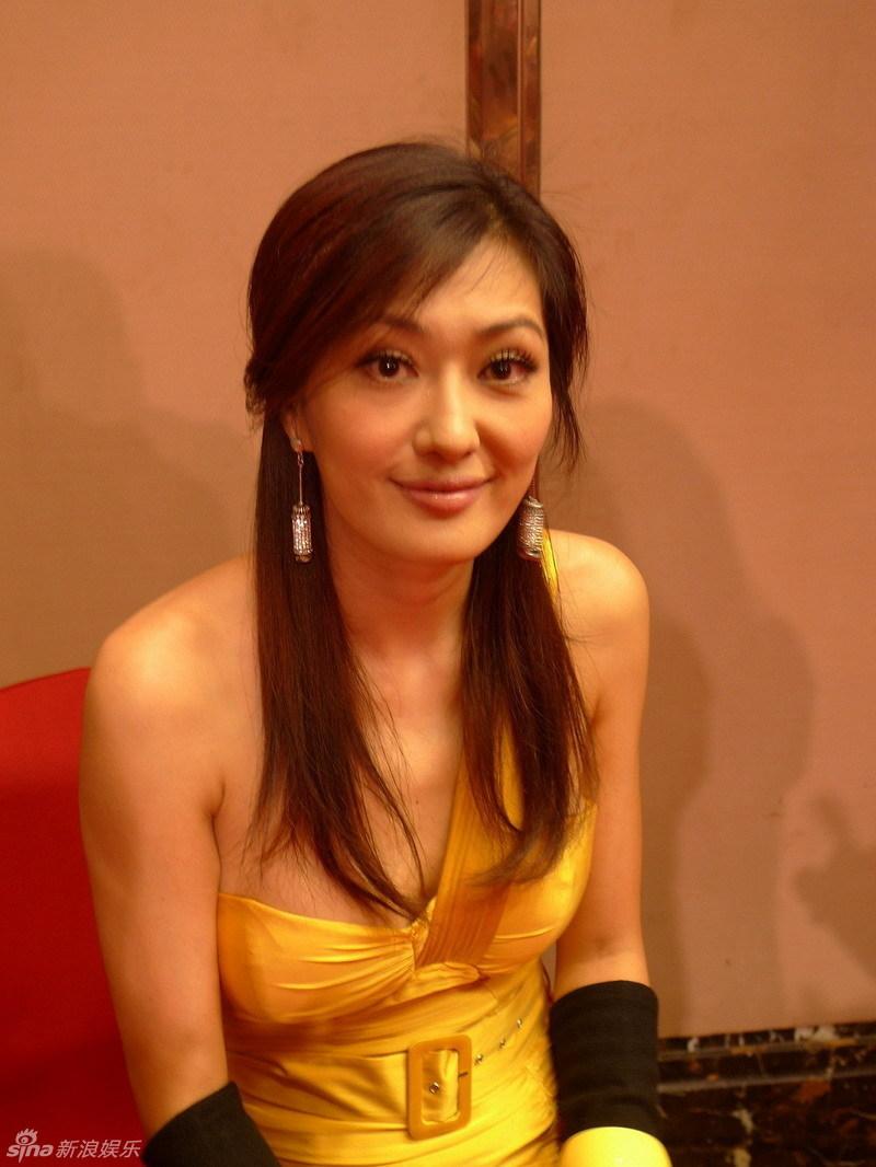 孟广美性感黄裙打枪图片的性感美女现身图片