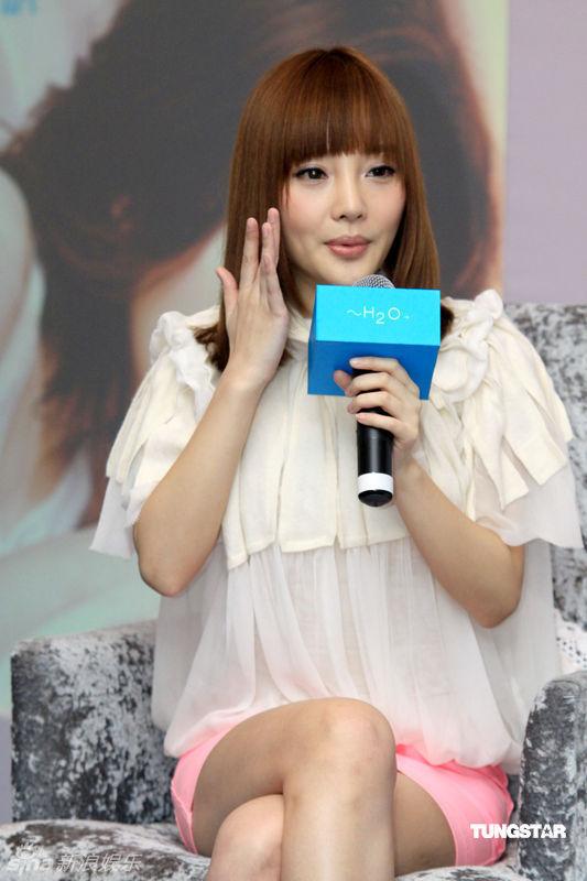李小璐在活动现场卖力宣传自己代言的化妆品,一点也不含糊,还拿