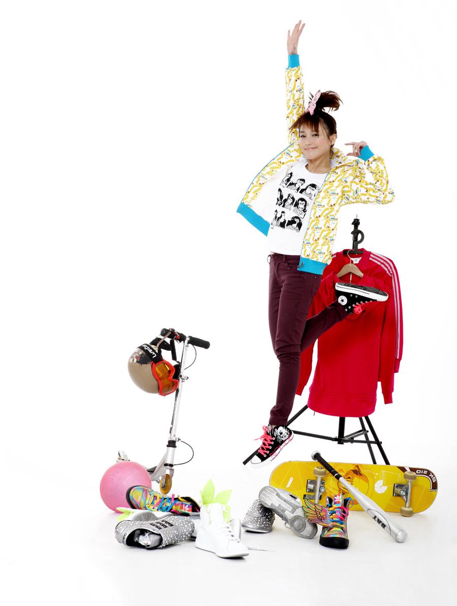 新浪娱乐讯 日前,当红女星金莎受邀为《EASY》杂志拍摄了一组写真大片,展现了其活泼青春的气质。写真中金莎带上了自己的宠物狗馒头一起感受画面中的彩色世界,还手拿手风琴,气球,水果罐头等亮色道具,活力十足。