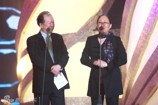 久未在官方场合露面的汤唯现身颁奖典礼,并为优秀男演员奖颁奖.