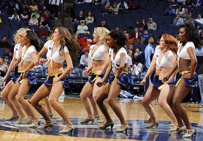 新浪娱乐讯 NBA球场是男人的天下,不过各球队的啦啦队美女却是比图片