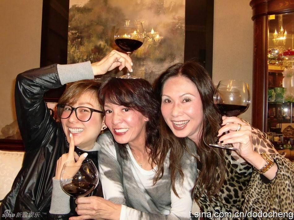 秀文、郑裕玲、寇鸿萍、姚玮等人日前饭聚,并一共在微博上大晒聚图片