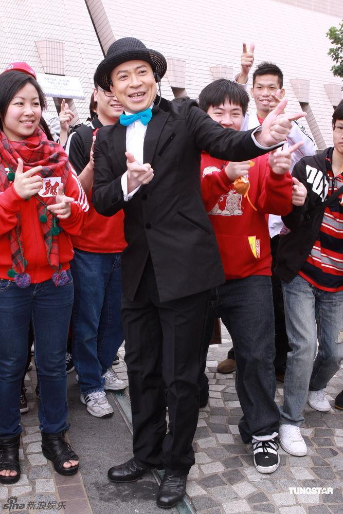 TUGNSTAR/文并图-组图 詹瑞文出席街头合唱活动 复古造型鬼马十足图片